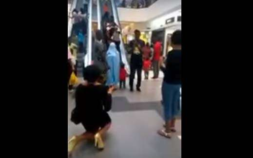 Ella le pide matrimonio a su novio en centro comercial y él sale huyendo