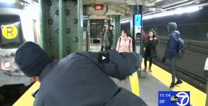 Video: Hombre muere tras ser empujado a las líneas del Subway