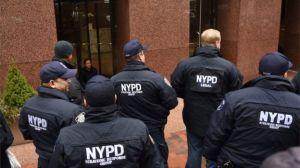 """Las tarjetas para """"librarse de la cárcel"""" que reparten a policías en NY"""