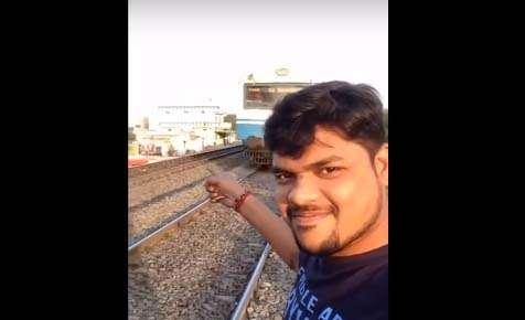 """Se empeña en grabar """"video selfie"""" en ruta de tren y casi muere"""