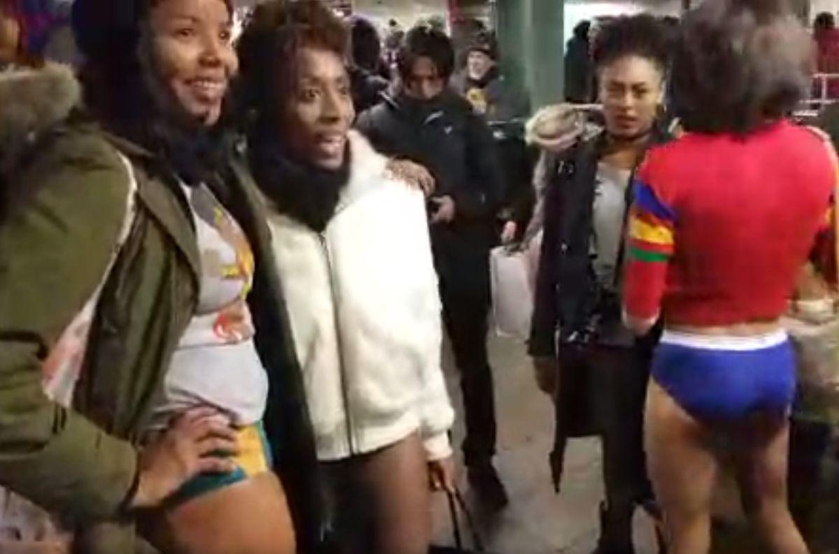 Usuarios del Metro en Nueva York desafían el frío y se quitan los pantalones