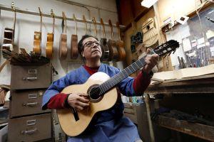 """La guitarra de la película """"Coco"""" existe y la fabricó un mexicano radicado en Los Ángeles"""