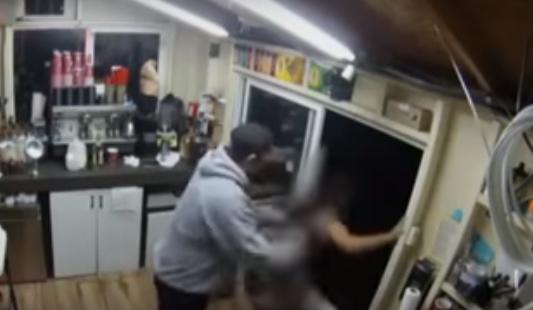 VIDEO: De milagro, camarera en bikini se salva de violador