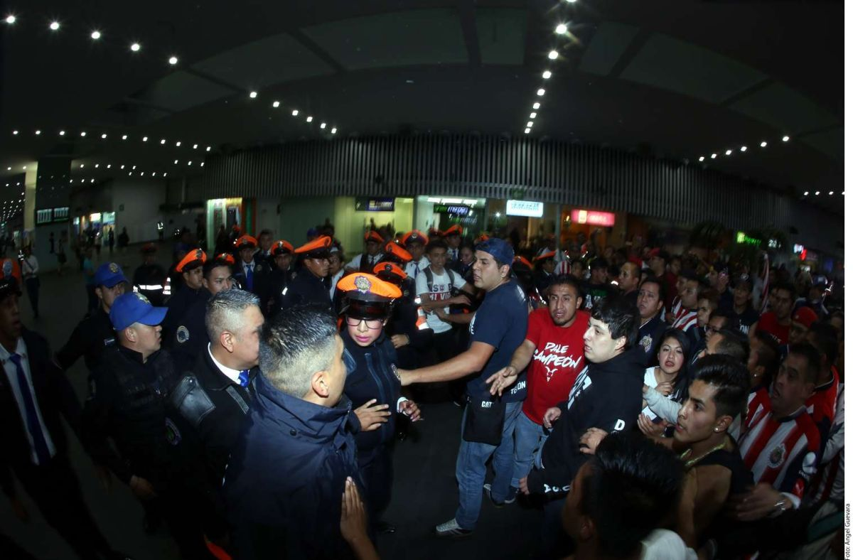 Aficionados de Chivas desatan bronca en el aeropuerto de la Ciudad de México