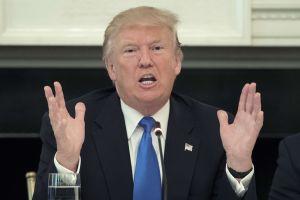 Trump promete presionar por más revisiones para compradores de armas