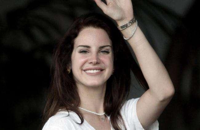 Lana Del Rey causa indignación por usar un cubrebocas ¡de red!