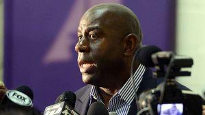 Lakers de Los Ángeles vuelven a ser multados con $50,000 por comentarios de Magic Johnson