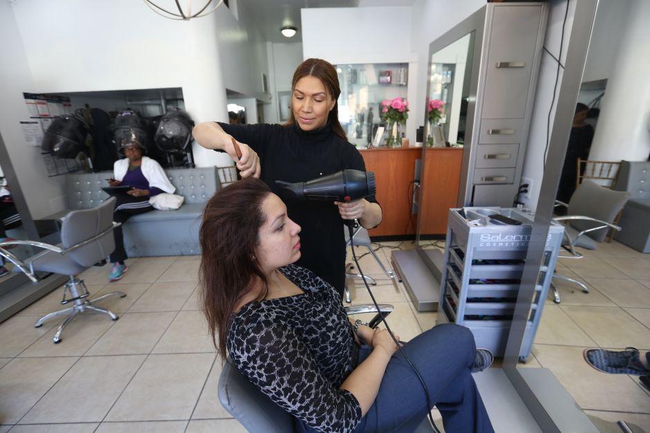 """""""Racista"""" se niega a que empleada hispana la atienda en peluquería; propietaria del salón la confronta y la bota del negocio"""