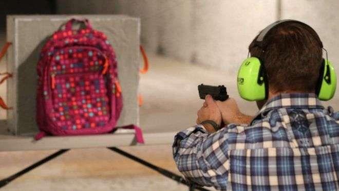 Se disparan ventas de mochilas antibalas tras tiroteo en escuela de Florida