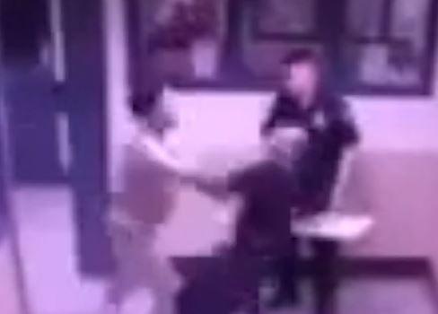 Vigilante de Rikers atacado por reos sufre fractura de columna vertebral