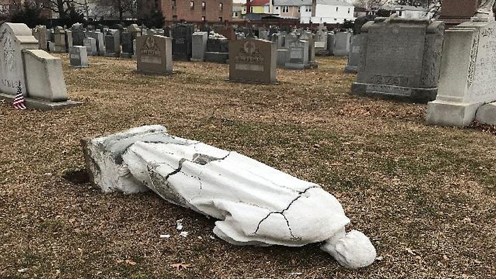 63 tumbas vandalizadas en cementerio católico de Brooklyn