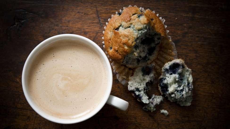 Los expertos en nutrición dicen que la cantidad diaria de azúcares añadidos que ingerimos no debería superar el 5% de nuestro consumo calórico total en un día.