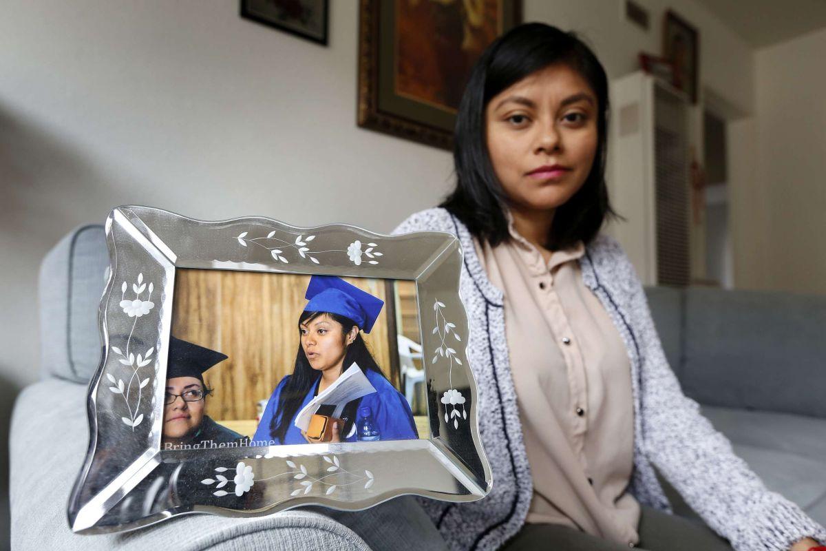 Lizbeth Mateo muestra una foto de su graduación de la escuela de leyes en la Universidad de Santa Clara