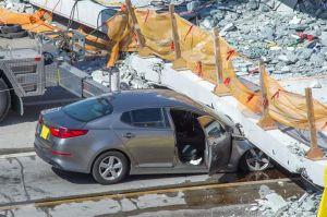 Reportan muertos y atrapados por colapso de puente en Miami