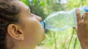 Estas 11 marcas de botellas de agua tienen partículas de plástico