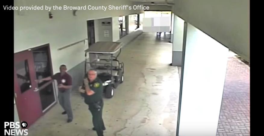 Arrestan al policía que se negó a intervenir durante la masacre de Parkland
