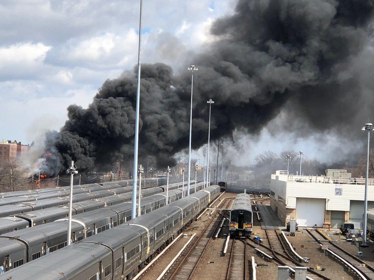 Suspenden servicio de trenes LIRR por incendio en la estación Jamaica
