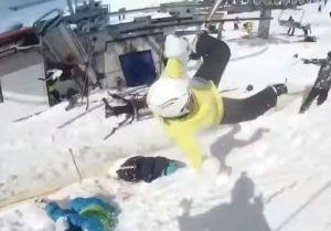 Video: falla en telesilla de estación de esquí, deja al menos 8 heridos