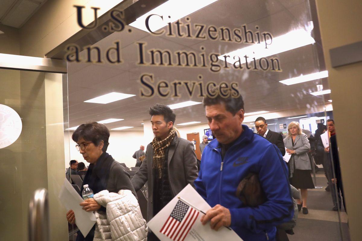 """USCIS aclara rumores sobre el """"proceso exprés"""" para visas H-1B"""