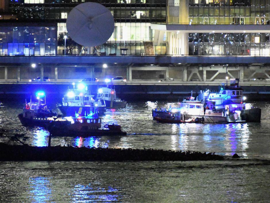 Mueren los 5 tripulantes de helicóptero que cayó junto a Manhattan; piloto se salva de milagro