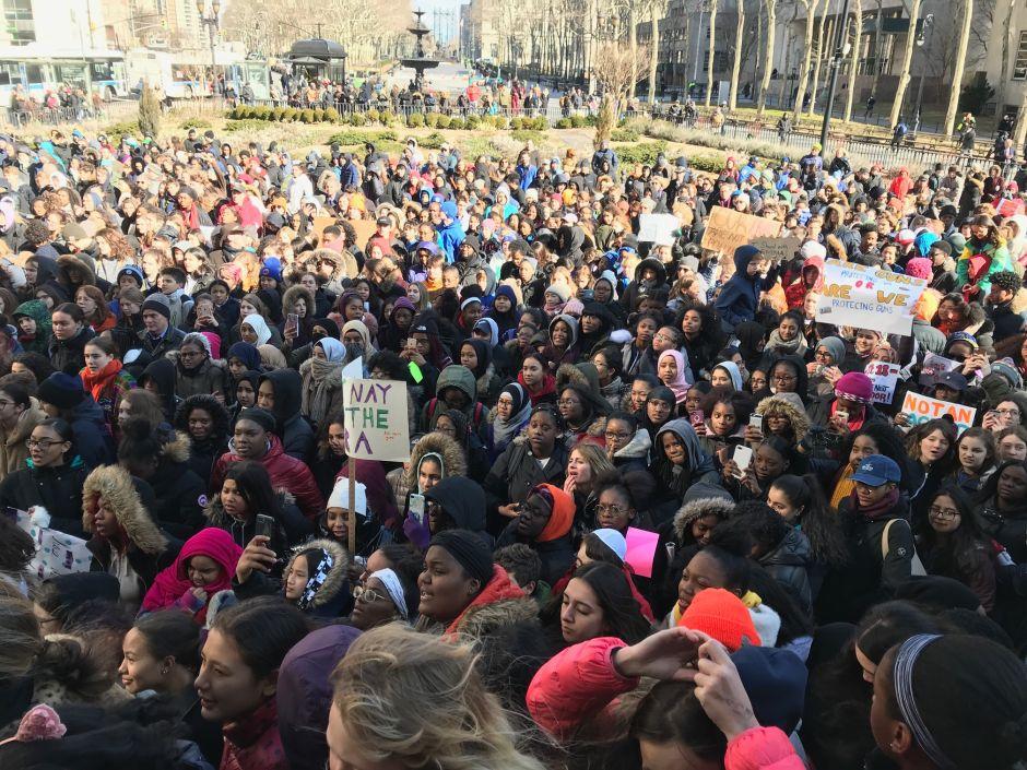 Unos 60,000 estudiantes de NYC se unen a protesta nacional contra las armas
