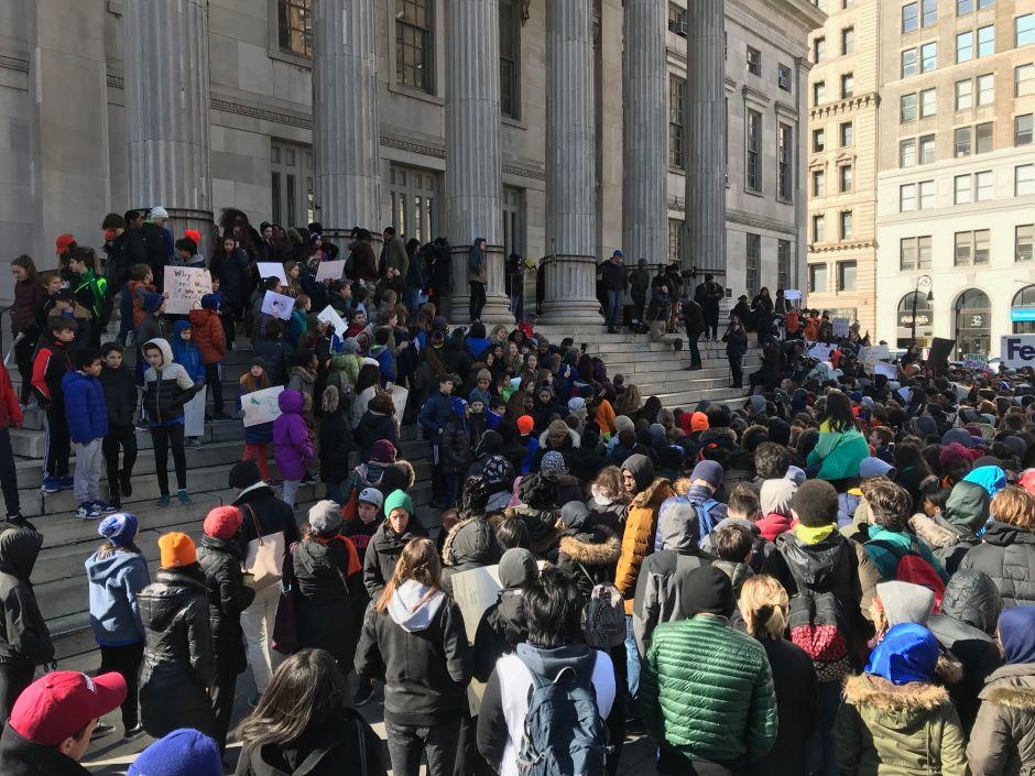 VIDEO: Estudiantes en Nueva York abandonan las aulas en reclamo de control de armas