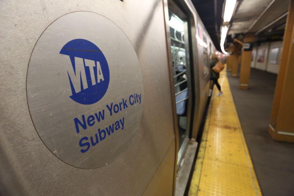 Oficial de la MTA fue apuñalado en estación de El Bronx