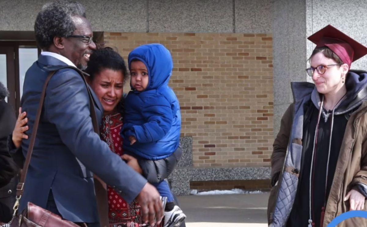 Profesor universitario con doctorado a punto de ser deportado tras 25 años en el país