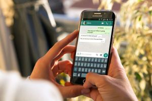 Cualquiera puede escuchar tus mensajes de WhatsApp por culpa de Siri