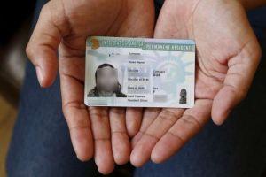 """Estos inmigrantes pueden perder su """"green card"""" si no la renuevan a tiempo"""