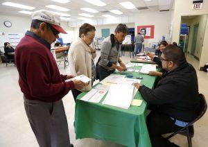 """Trump repite falso reclamo de que """"millones"""" votaron ilegalmente en California"""