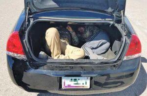 Patrulla Fronteriza captura a dos inmigrantes transportados en un maletero
