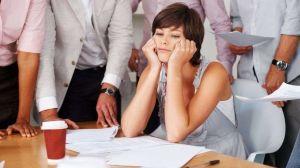 Por qué es una buena idea levantarse e irse de algunas reuniones de trabajo