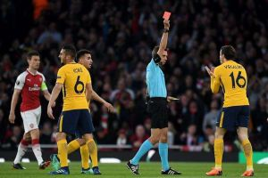 Un abrazo del pasado sugiere que árbitro favoreció al Arsenal frente al Atlético