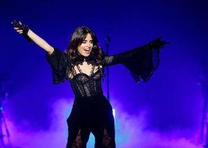 Camila Cabello tímida, pero sexy y provocativa
