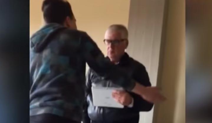 VIDEOS: Estudiantes humillan y agreden a profesor en salón de clases