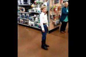 """Video: """"Walmart kid"""", el niño que sorprendió a los clientes de un Walmart por su talento con el country"""