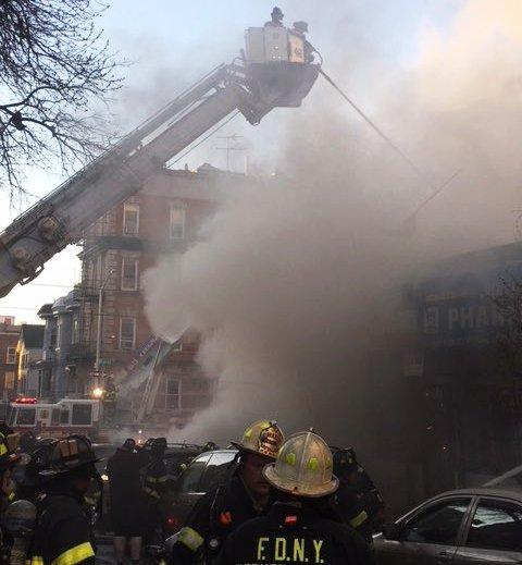 Incendio consume varios comercios en El Bronx