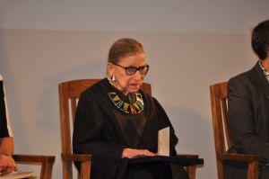 ¿Debate por vacante de jueza del Supremo Ginsburg retrasará aún más posible cheque de estímulo?
