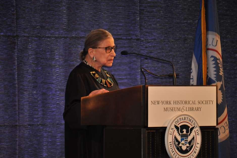 La magistrada Ruth Bader Ginsburg, de la Corte Suprema de Estados Unidos, durante su discurso en la ceremonia de naturalización del pasado 10 de abril en el edificio del New-York Historical Society