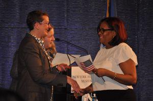 Jueza de padres inmigrantes da la bienvenida a 201 nuevos ciudadanos