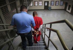 Activistas condenan suspensión de programa de asesoría legal para inmigrantes