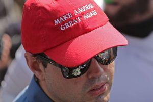 """Expulsó a cliente con gorra de """"Make America Great Again"""" y ahora recibe amenazas de muerte"""