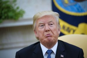 """Mano derecha de Trump lo llama """"idiota"""" por su ignorancia"""