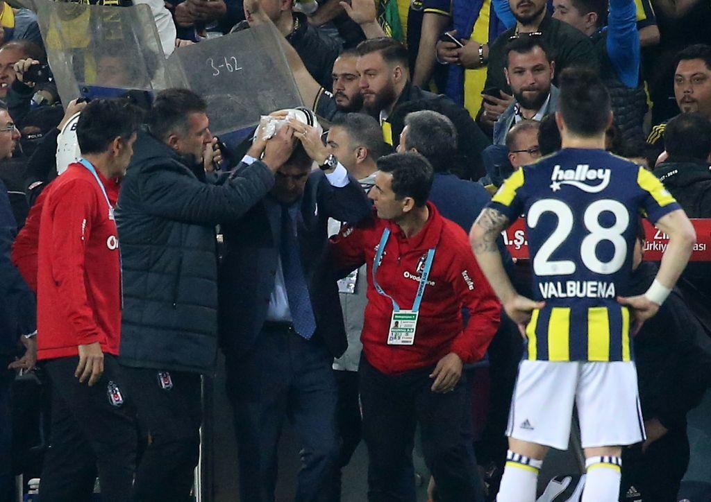VIDEO: Rompen la cabeza del técnico de Besiktas en clásico de Turquía