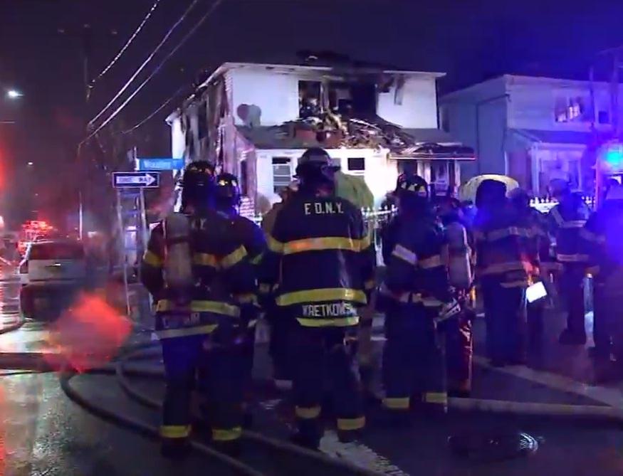 Mueren madre e hija en incendio de casa en Queens