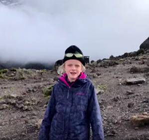 Una niña de 7 años sube al Kilimanjaro para estar cerca del cielo, con su padre
