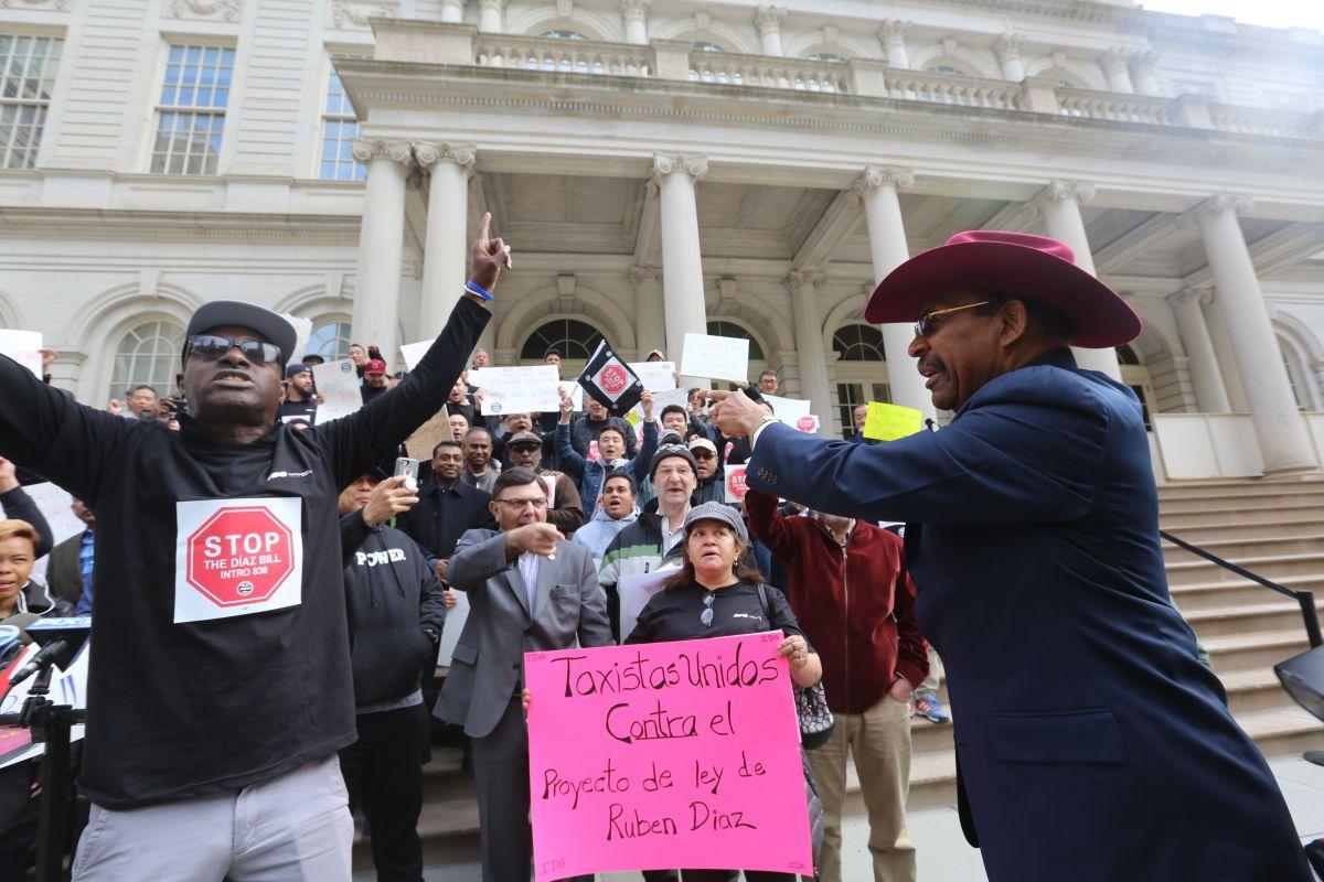 Taxistas y TLC ponen luz roja a ley que reformaría la industria