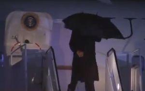 Trump y sus malabares para intentar controlar sin éxito un paraguas
