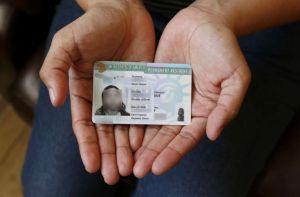 """Pareja inmigrante demanda a USCIS por demora excesiva de su """"Green Card"""""""
